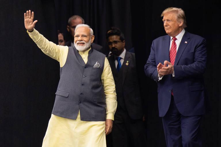 """O presidente dos EUA, Donald Trump, e o primeiro-ministro indiano Narendra Modi participam do """"Howdy, Modi!"""", em estádio de futebol em Houston, Texas"""