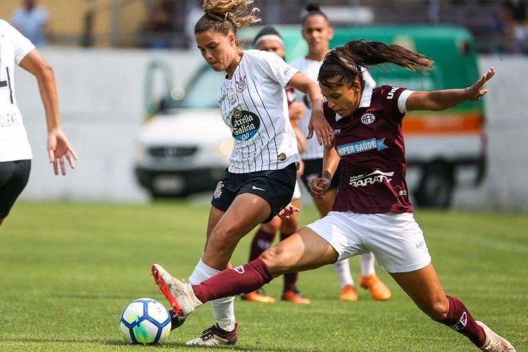 A corintiana Tamires disputa a bola com a jogadora da Ferroviária no jogo de ida da final do Campeonato Brasileiro