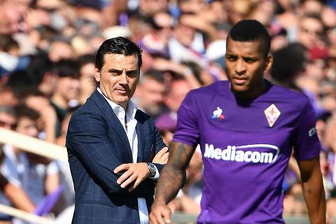 Fiorentina's Brazilian defender Dalbert (R) walks past Fiorentina's Italian head coach Vincenzo Montella during the Italian Serie A football match Fiorentina vs Juventus on September 14, 2019 at the Artemio-Franchi stadium in Florence. (Photo by Vincenzo PINTO / AFP)