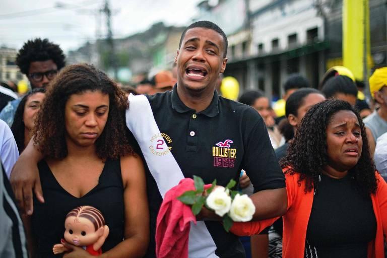 Enterro de Ágatha Félix é marcado por comoção e protestos