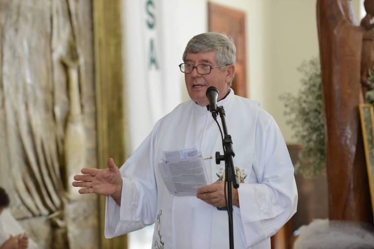 O padre Kazimierz Wojno, 71, em missa na paróquia Nossa Senhora da Saúde, em Brasília