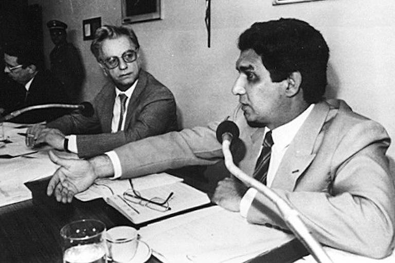 O senador Itamar Franco ouve o depoimento do então ministro da Previdência Social, Jader Barbalho, na CPI da Corrupção, em Brasília, no ano de 1988