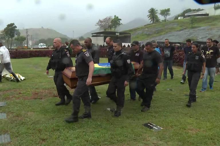 Policiais mortos são enterrados no Rio