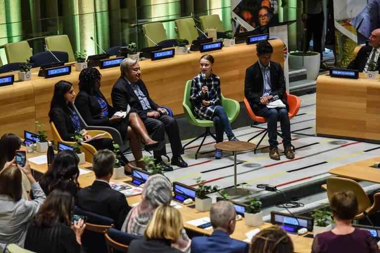 A ativista Greta Thunberg discursa ao lado do secretário-geral da ONU, António Guterres, em cúpula sobre o clima, em NY