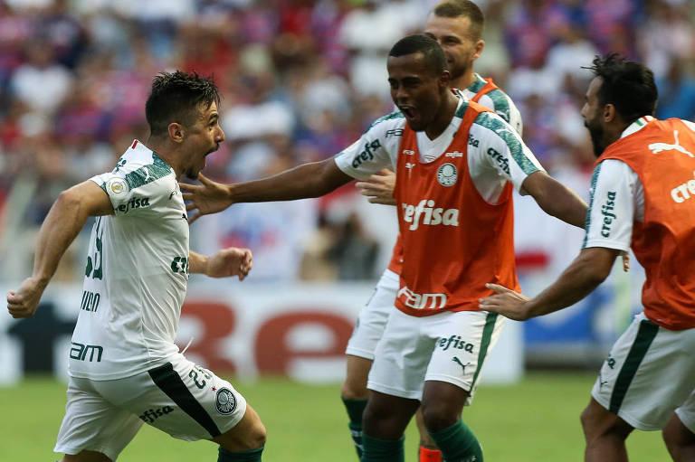 Willian Bigode corre para comemorar com os companheiros o gol da vitória do Palmeiras sobre o Fortaleza