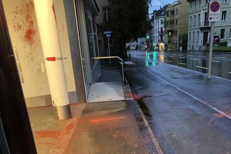 Fachada do consulado brasileiro em Zurique, atacado com tinta vermelha