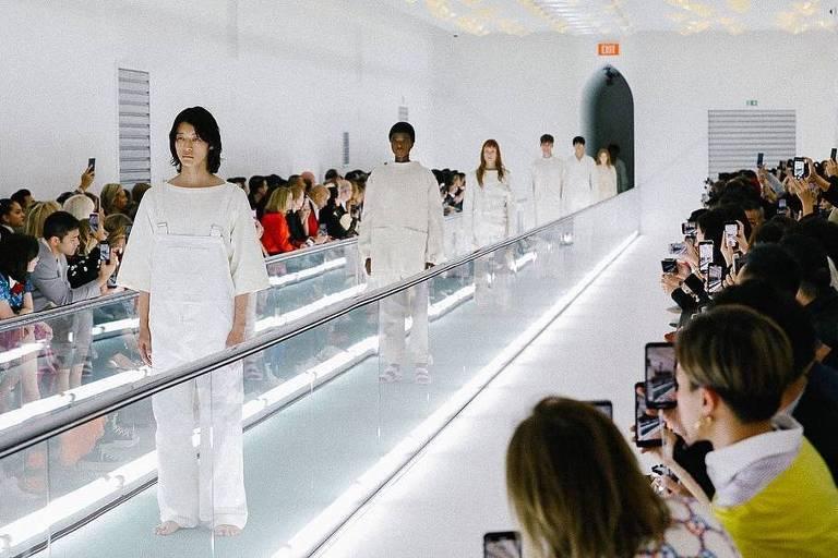 passarela móvel com modelos usando roupas brancas monocromáticas
