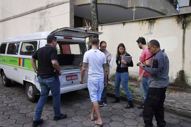 Perícia com a presença do proprietário na kombi onde estava a menina Ágatha, 8, que morreu após ser baleada no Rio de Janeiro