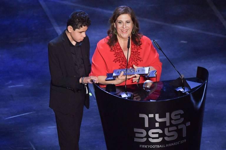 Silvia Grecco e Nickollas na premiação da Fifa, realizada nesta segunda (23), em Milão