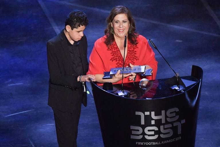 Silvia Grecco, mãe do garoto Nickollas, que é cego e autista, durante a cerimônia da Fifa em que foram premiados como melhor torcida