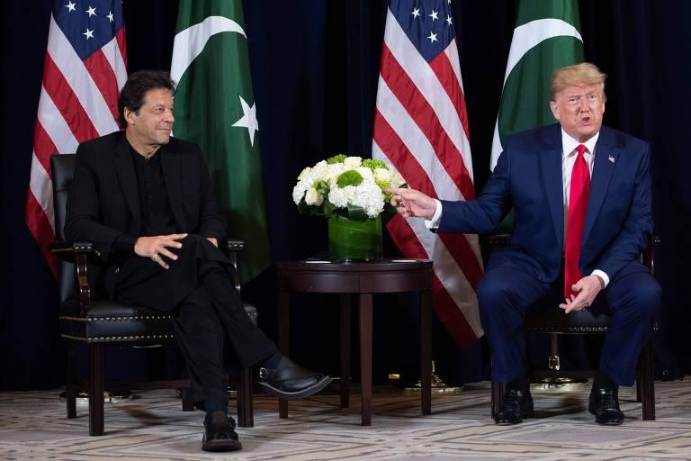 O primeiro-ministro paquistanês, Imran Khan (à esquerda), e o presidente dos EUA, Donald Trump, em encontro na véspera da Assembleia Geral da ONU, em Nova York