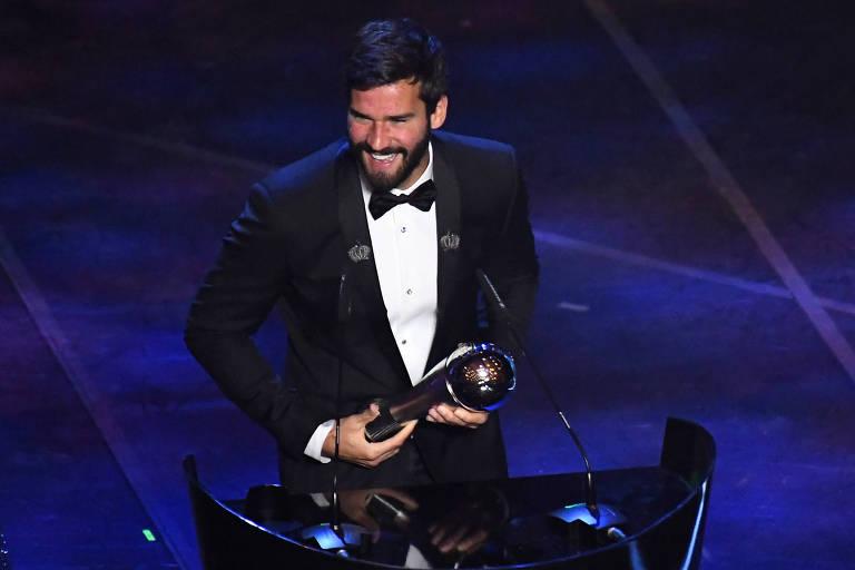 Alisson após receber o prêmio de melhor goleiro do mundo em 2019