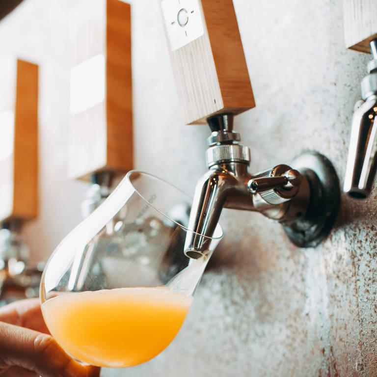 Copo é abastecido com cerveja