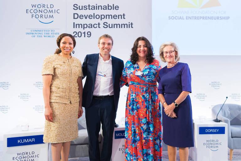 Rodrigo Pipponzi e Roberta Faria (centro), brasileiros premiados pela Fundação Schwab, presidida por Hilde Schwab (de azul)