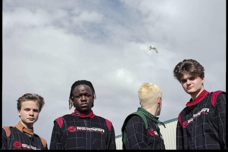 quatro jovens de preto
