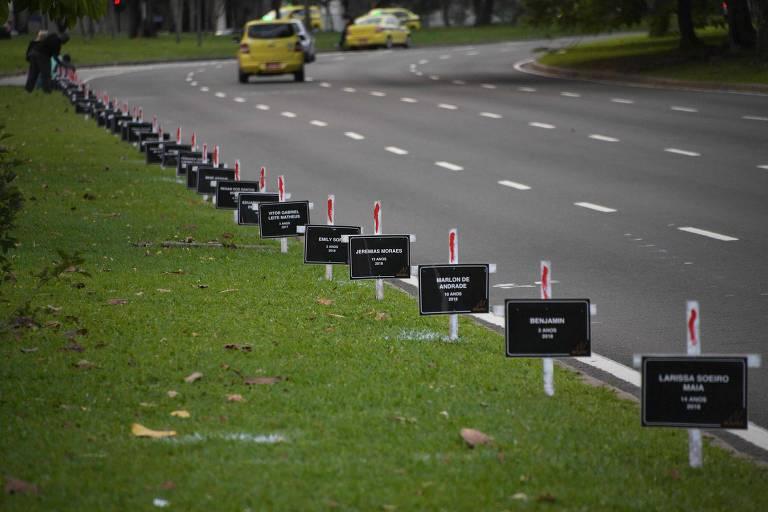 Cruzes colocadas no Rio em protesto contra a morte de crianças pela violência na cidade