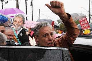 Brazilian singer Chico Buarque gestures as he leaves the Federal Police headquarters, where former Brazilian President Lula da Silva is serving a prison sentence, after visiting him, in Curitiba
