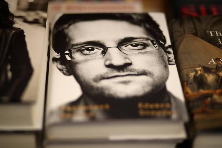 """Exemplar do livro """"Eterna Vigilância"""", de Edward Snowden, lançado no último dia 17 de setembro"""