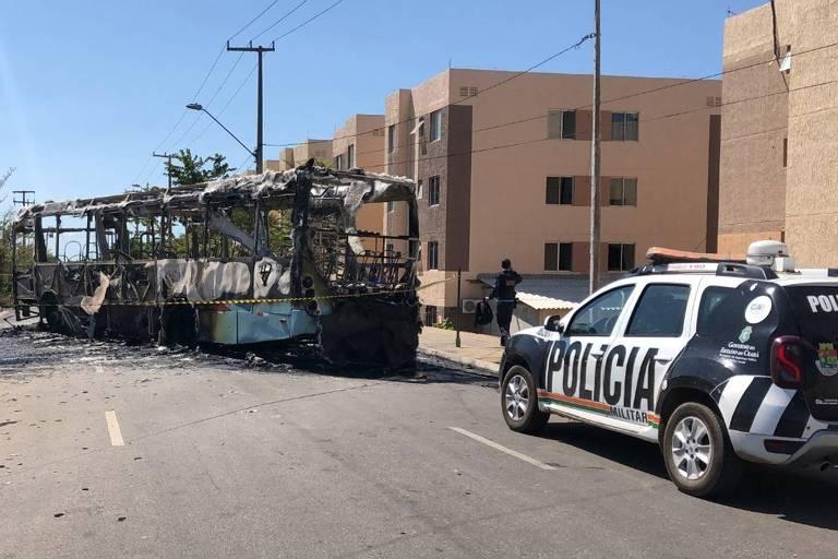 Ônibus incendiado no Conjunto Alameda das Palmeiras, em Fortaleza, nesta segunda-feira (23)