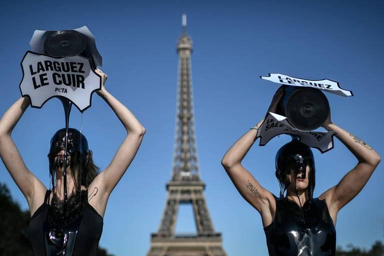 duas mulheres derramam líquido preto sobre suas cabeças