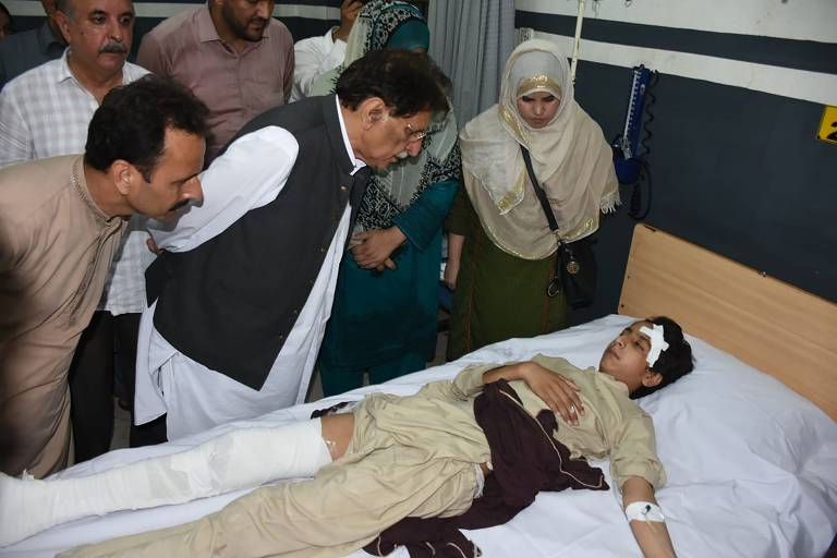 Vítima na cama após de terremoto de magnitude 5,8 que atingiu o Paquistão