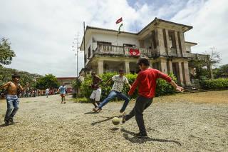 Crianças jogam bola diante da sede da antiga fazenda Normandia, em Caruaru (PE)
