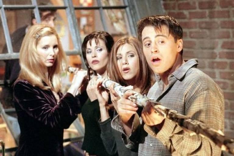 """Se os personagens da série morassem no térreo, os protagonistas não poderiam espionar do alto da janela o """"homem feio e nu"""""""