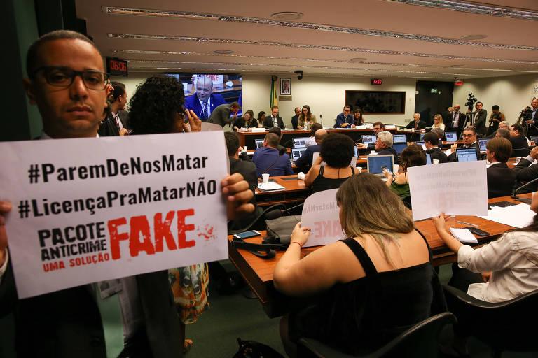 Manifestante protestam durante reunião do grupo de trabalho que analisa o pacote anticrime do ministro Sergio Moro  na Câmara