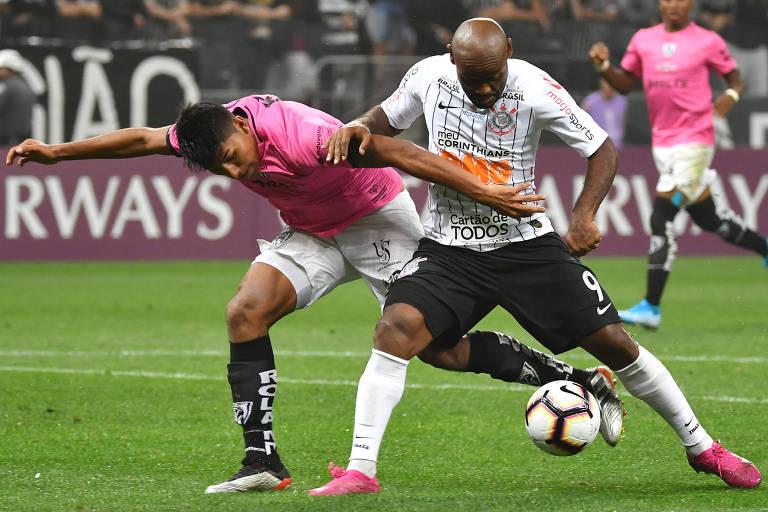 Vagner Love duela com Luis Segovia, do Independiente del Valle, no jogo de ida, em Itaquera; em Quito, o Timão terá de se esforçar muito