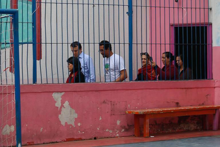Secretário da Educação visita colégio onde cadeirantes ficam no pátio