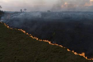 Vista aérea de queimada na Floresta Amazônia, vista à partir da cidade de Porto Velho (RO)