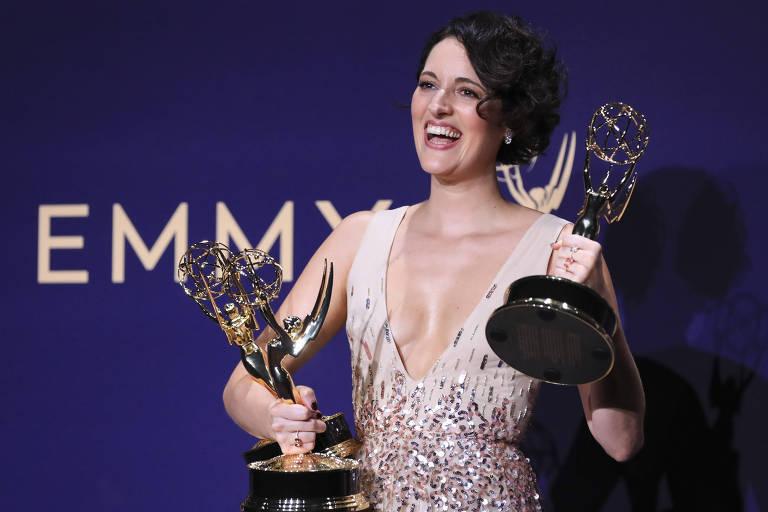 "A atriz Phoebe Waller-Bridge com Emmys de ""Fleabag"""