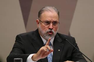 Augusto Aras faz círculo com as mãos durante sabatina no Senado