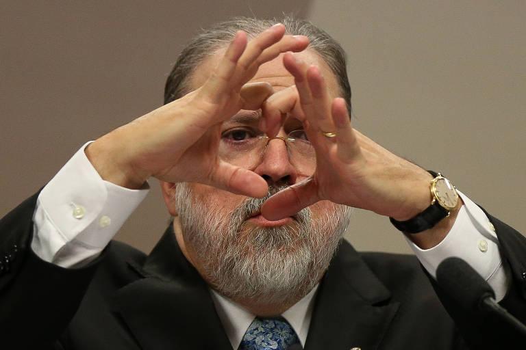 Augusto Aras, em sabatina no Senado, tenta formar círculos com as mãos em uma explicação de tema ambiental