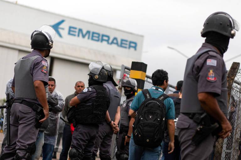Policiais em frente à fábrica da Embraer em São José dos Campos