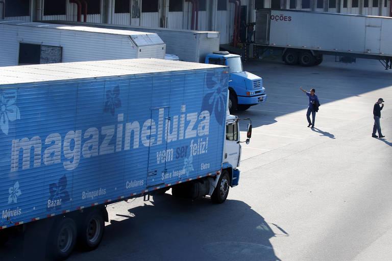 Caminhões da Magazine Luiza no centro de distribuição de Louveira, interior de São Paulo