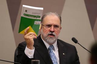 Augusto Aras exibe livro da Constituição durante sabatina no Senado