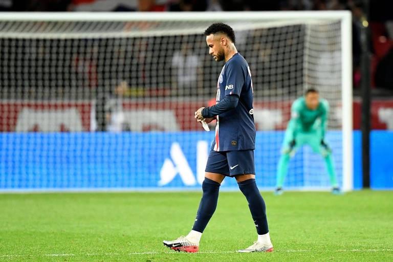 Neymar, de cabeça baixa, na derrota do PSG para o Reims por 2 a 0, em Paris