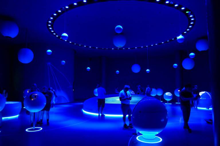 Visitantes no hall para exposições Universe of Particles, no acelerador de partículas Cern, na Suíça