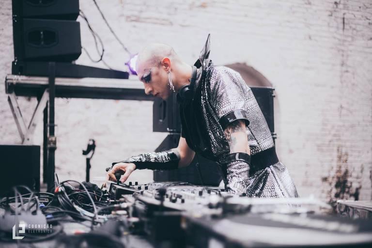 O DJ Tessuto, da Carlos Capslock