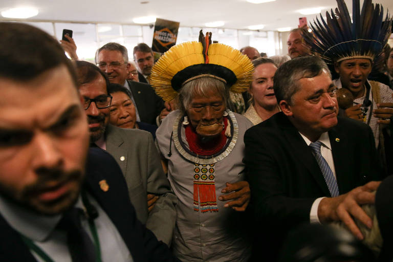 O cacique Raoni chega na Câmara dos Deputados e é recebido por parlamentares da oposição