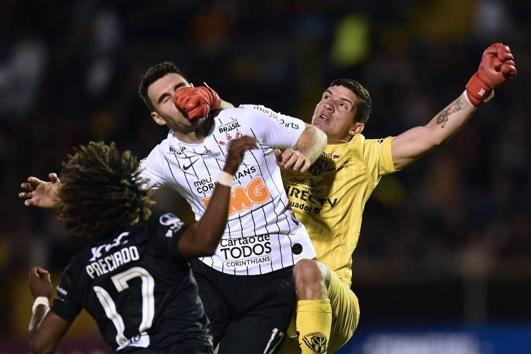 Boselli, que marcou o primeiro gol corintiano em Quito, é acertado pelo goleiro Pinos, do Independiente del Valle