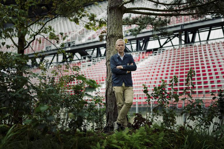 Klaus Littmann em sua instalação, que busca a reflexão sobre o impacto humano no meio ambiente