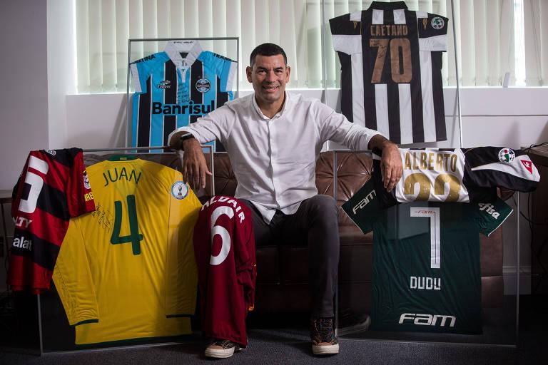 Mitsuo Alves, ex-jogador que se transformou em administrador de fortunas de atletas profissionais, com camisas de jogadores que são ou foram seus clientes