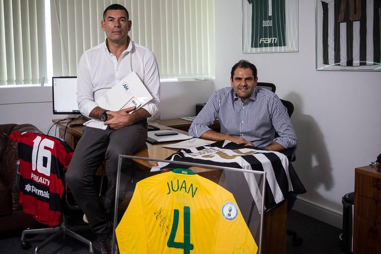 Mitsuo Alves ao lado do sócio Antonio Calil no escritório deles em São Paulo
