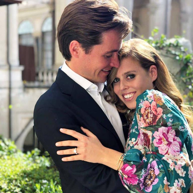 """A neta da rainha Elizabeth II, princesa Beatrice, está noiva do promotor imobiliário Edoardo Mapelli Mozzi, disse o Palácio de Buckingham em comunicado nesta quinta-feira. O casal """"ficou noivo durante o fim de semana na Itália no início deste mês"""", disse o palácio em comunicado, acrescentando que o casamento ocorrerá em 2020"""