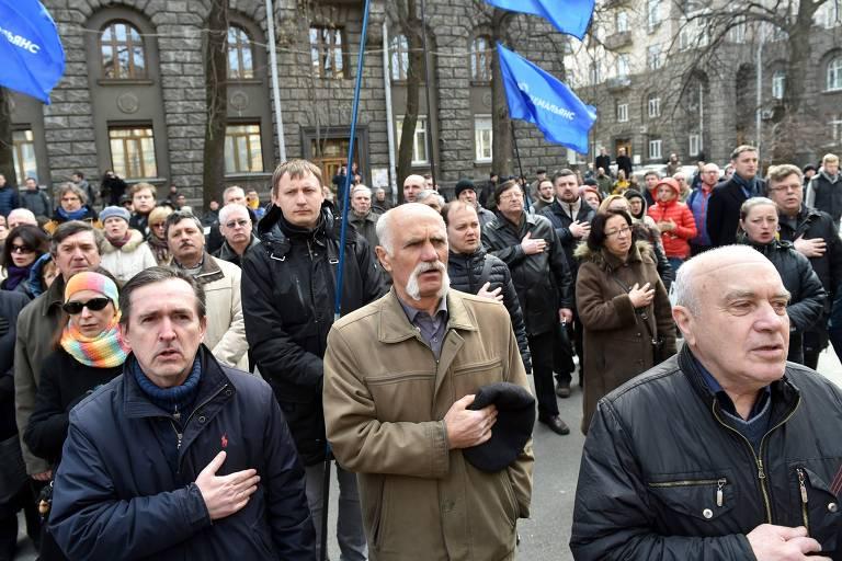 Ucranianos cantam hino nacional durante manifestação em Kiev por renúncia de procurador-geral
