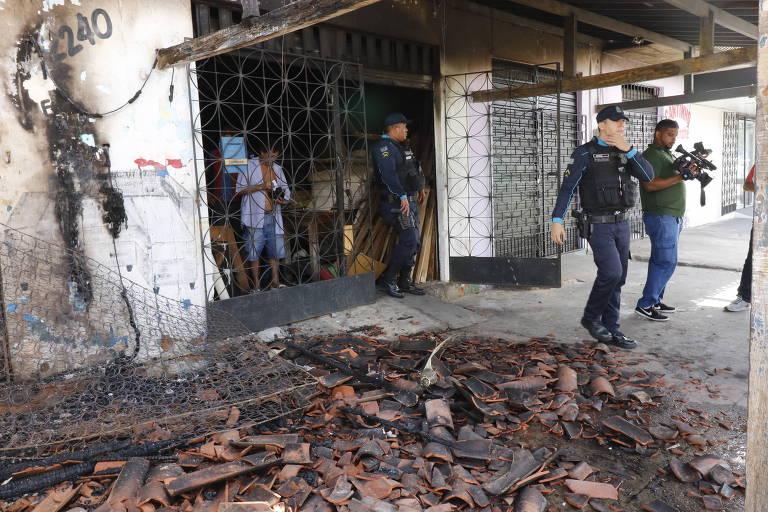 Loja de  móveis na rua Dona Lúcia Pinheiro, 2240, no bairro Quintino Cunha.  Loja de móveis, caminhão e uma ambulância sofrem ataque de facção