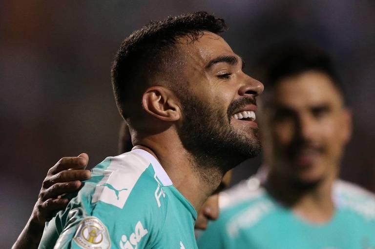 O volante Bruno Henrique comemora um dos seus dois gols no massacre do Palmeiras sobre o CSA, no Pacaembu
