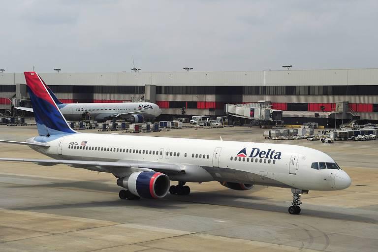 Avião da Delta no aeroporto internacional de Atlanta; americana adquiriu 20% do capital da Latam